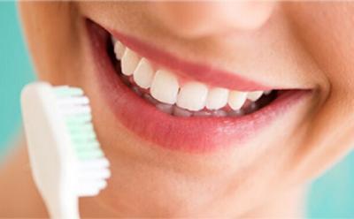 6 Tips Memutihkan Gigi Secara Alami di Rumah