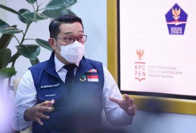 Ridwan Kamil Ajak Istri Hujan-hujanan Naik Moge