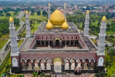 Masjid dengan Arsitektur Memukau, Istiqlal hingga Kubah Emas