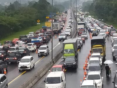 Lalin Jalur Puncak Normal, Kendaraan Arah Jakarta Mengular di Tol Ciawi