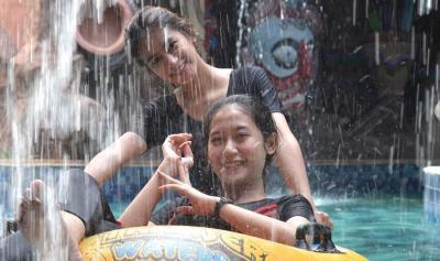 Segarnya Bermain Air di Kolam Ombak Hits di Bekasi