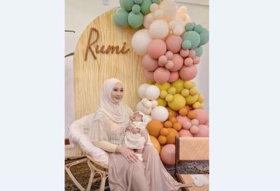 Cantiknya Dian Pelangi Saat Akikahan Rumi, Berbalut Dress Feminin Nude