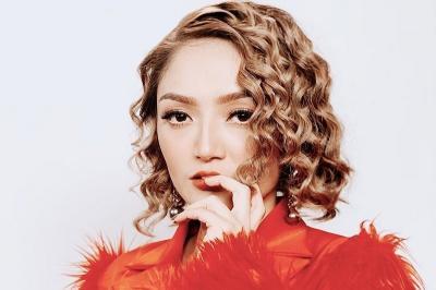 Ulang Tahun ke-29, Siti Badriah Dapat Kado Mukena dari Suami