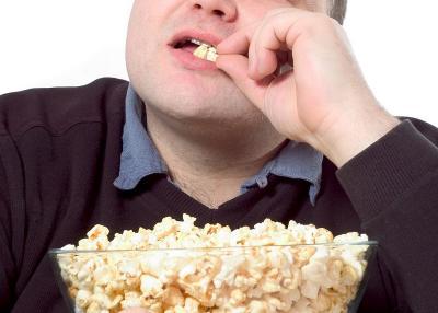 Hobi Makan Sambil Nonton TV, Ini Cara Kontrol Asupan agar Tak Berlebihan
