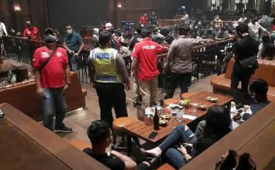 Polisi Bubarkan Kerumunan di 5 Tempat Hiburan Malam Kemang Jaksel