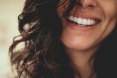 Begini Cara Memutihkan Gigi secara Alami, Mudah dan Murah