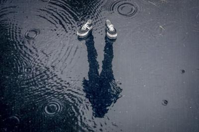 3 Cara Bersihkan Sepatu Basah karena Air Hujan, Mudah dan Cepat Lho