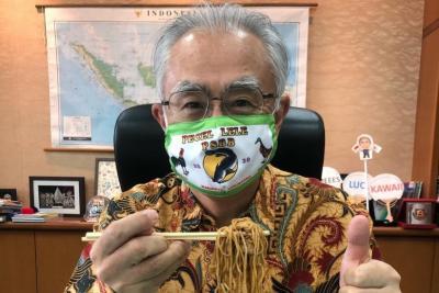 Lucu! Dubes Jepang Pakai Masker Gambar Spanduk 'Pecel Lele PSBB'