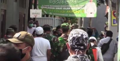 Tegang! Laskar FPI Hadang Prajurit TNI di Rumah Habib Rizieq
