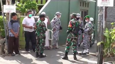 Deretan Foto-Foto Pasukan TNI Sambangi Kediaman Habib Rizieq di Petamburan