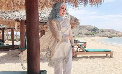 Cantiknya Iis Edhy Prabowo dengan Hijab Gucci Rp7 Jutaan