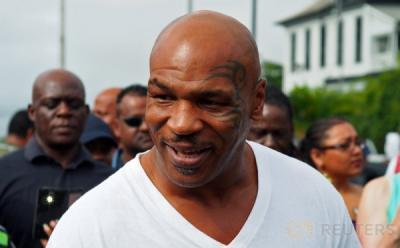 Evander Holyfield Condong Dukung Mike Tyson ketimbang Jones Jr