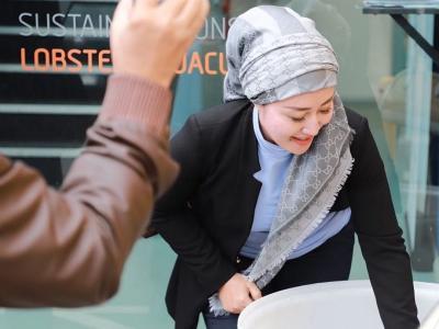 Wow! Ternyata Hijab Scarf Iis Edhy Prabowo Harganya Rp7 Juta