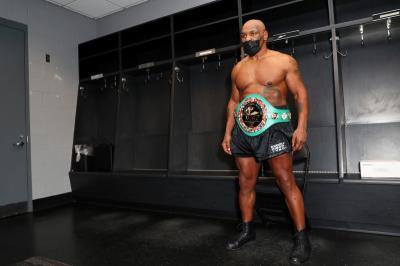 Sebelum Hadapi Roy Jones Jr, Mike Tyson Tenangkan Diri dengan Hisap Ganja