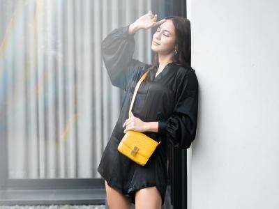 Kecenya Pevita Pearce Pakai Boots Merah, Netizen: Yang Fotoin Pacar Baru Kan Pev?