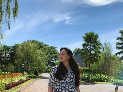 Potret Asmirandah Berfoto Cantik di Bawah Langit Biru Jakarta