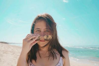 5 Potret Cantik Prilly Latuconsina Pakai Bra Lari-larian Manja di Pantai