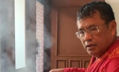 Viral Hotman Paris Terapi Minyak Kayu Putih dari Teko Panas, Netizen: Awas Kena Bibir