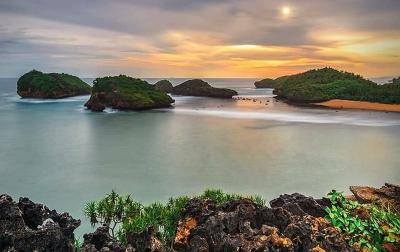 Pantai Kasap, Surga Kecil di Kota 1001 Goa Mirip Raja Ampat