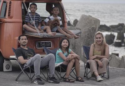 Serunya Oka Antara Liburan Campervan di Pantai Glagah, Boyong Anak Istri Tercinta