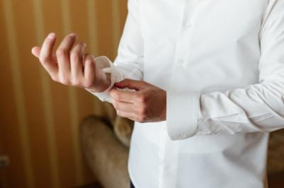 Pakai Pakaian Serba-Putih Takut Kotor? Atasi dengan 3 Cara Ini