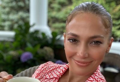 Jennifer Lopez Bagikan Rahasia Kulit Mulus di Usia 51 Tahun