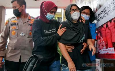 Foto Detik-Detik Penampakan Iyut Bing Slamet Dibawa Polisi