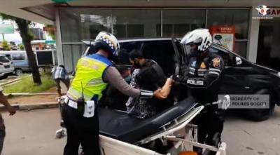 Aksi Heroik Polisi Kawal Ibu Hendak Melahirkan Terjebak Oneway Jalur Puncak