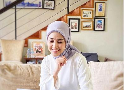 Gaya Modis Jilbab Segi Empat ala Prita Ghozie, si Hijaber Jago Atur Uang