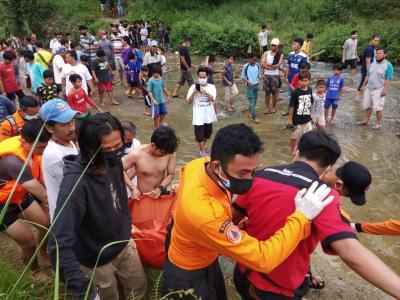 Terperosok ke Sungai, Paman dan Keponakan di Bogor Tewas