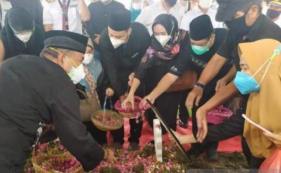 Isak Tangis Warnai Pemakaman Co-Pilot Fadly Satrianto Korban Sriwijaya Air