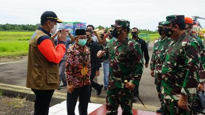 Kunjungi Mamuju, Panglima TNI Tinjau Korban Gempa dan Serahkan Bantuan Presiden Jokowi