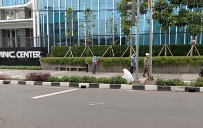 Viral Ibu Pedagang Asongan Sholat di Trotoar Jalan Dekat Stasiun Gondangdia