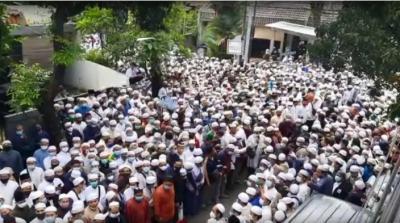 Ribuan Pelayat Habib Ali Assegaf Bubarkan Diri dengan Tertib