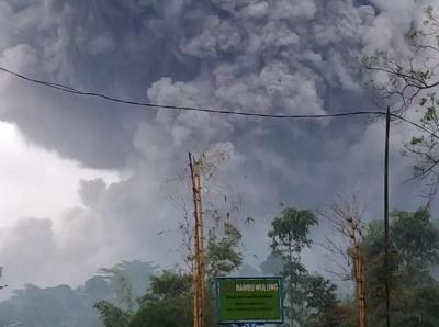 Foto-Foto Awan Panas dari Letusan Gunung Semeru