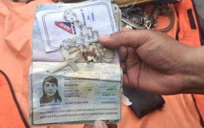 Pasukan Katak Temukan Kalung, Cincin dan Paspor Pramugari Korban Sriwijaya Air