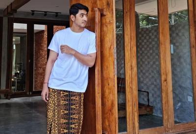 Gaya Arya Saloka Pakai Sarung Batik Bikin Kaum Hawa Tak Berkutik