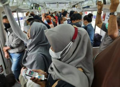 Penumpang Keluhkan Penumpukan di KRL Bogor-Jakarta, PPKM Tak Berjalan?