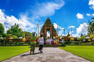 Warganet Hujat Turis Amerika yang Viral Ajak Bule Eksodus ke Bali