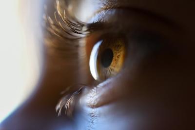4 Cara Cegah Mata Kering Akibat Terlalu Lama Pakai Masker
