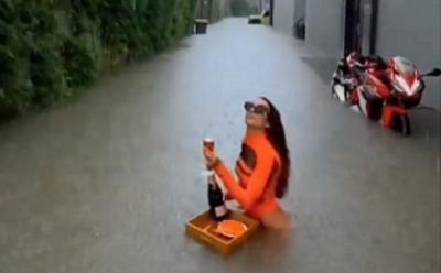 Bule Ini Asyik Menikmati Floating Meal di Atas Air Banjir di Bali