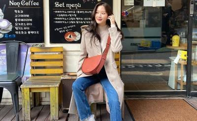 5 Inspirasi Outfit Kasual Moon Ga Young dengan Celana Jeans Bikin Lebih Percaya Diri