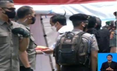 Jokowi Bagikan Makanan ke Pengungsi Gempa di Stadion Manakarra Sulbar