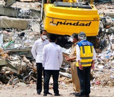 Berdiri di Tengah Reruntuhan Kantor Gubernur Sulbar, Jokowi: Penanganan Bencana Sedang Berjalan
