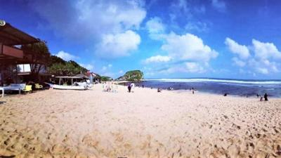 Pantai 'Pulsa', Surga Tersembunyi di Balik Bukit Karang