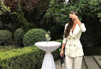 5 Foto Seksi Sabina Altynbekova saat Pegang Rambut, Mana yang Menggoda?