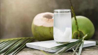 5 Manfaat Minum Air Kelapa, Bisa Turunkan Berat Badan hingga Usir Jerawat!