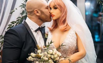 Viral! Pria Ini Ngaku Selingkuh saat Istri Bonekanya Sedang Diperbaiki