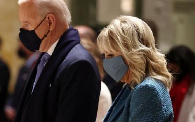 Kenakan Blazer Biru Laut, Jill Biden Sisipkan Pesan Terselubung saat Pelantikan Suaminya