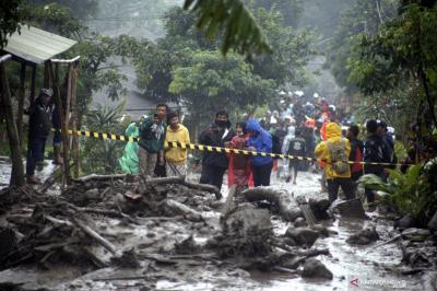Banjir Bandang di Bogor, BPBD Evakuasi Pengungsi & Bersihkan Material Longsoran